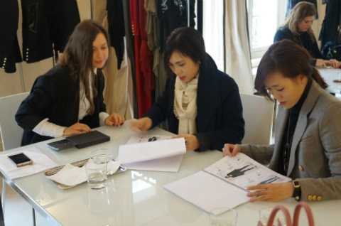 Chị Lưu Nga (giữa) có dịp làm việc với một số thương hiệu Pháp sau khi xem show.