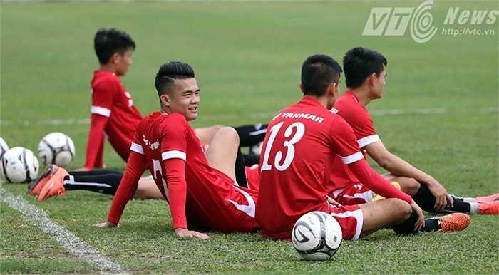 Tiền vệ Hoàng Thịnh (giữa) vừa có siêu phẩm vào lưới Than Quảng Ninh