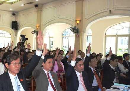 Các đại biểu HĐND TP Đà Nẵng biểu quyết thông qua một nghị quyết trong nhiệm kỳ 2011-2016.