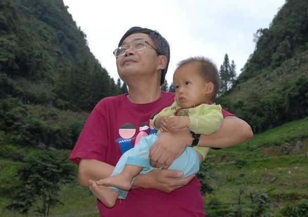 Hình ảnh bình dị của nhà báo Trần Đăng Tuấn khi ông tham gia hoạt động từ thiện giúp các trẻ em vùng cao. (Ảnh: Trí Thức Trẻ).