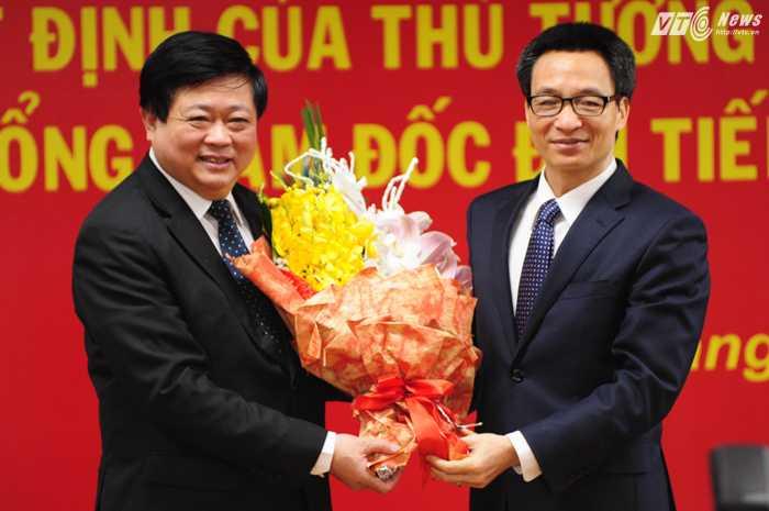 Phó Thủ tướng Vũ Đức Đam tặng hoa ông Nguyễn Thế Kỷ - Ảnh: Tùng Đinh