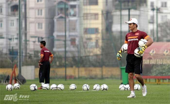 Võ Văn Hạnh là thủ môn đầu tiên ở Việt Nam đoạt danh hiệu Quả bóng Vàng năm 2001.