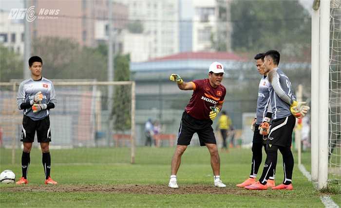 Sau khi lên làm HLV trưởng ĐT Việt Nam, HLV Hữu Thắng đã chọn Võ Văn Hạnh cho vị trí HLV thủ môn. Và hôm qua, là ngày đầu tiên cựu Bóng vàng Việt Nam làm thầy trên tuyển.