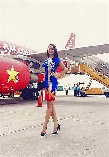 Khi lên sân bay tới Nha Trang tham dự Hoa hậu Hoàn vũ Việt Nam 2015 tháng 10 năm ngoái, Quỳnh Mai nổi bật với mẫu váy xanh họa tiết cái cây độc đáo của một thương hiệu Tây Ban Nha