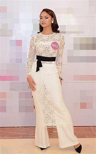 Quỳnh Mai trong một mẫu quần váy xuyên thấu độc đáo tại họp báo Hoa hậu Hoàn vũ Việt Nam 2015