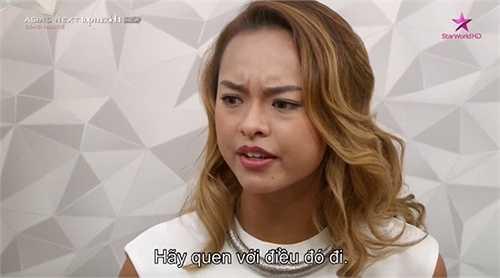 Thời trang của Quỳnh Mai ở sân bay hay khi tham dự các sự kiện thảm đỏ khác như họp báo Hoa hậu Việt Nam, các buổi gala, lễ trao giải… cũng đặc biệt thu hút mọi ánh nhìn bởi sự khác biệt, độc lạ, như chính bóng hồng 9x này từng thừa nhận: 'Không đẹp thì phải điên!'.
