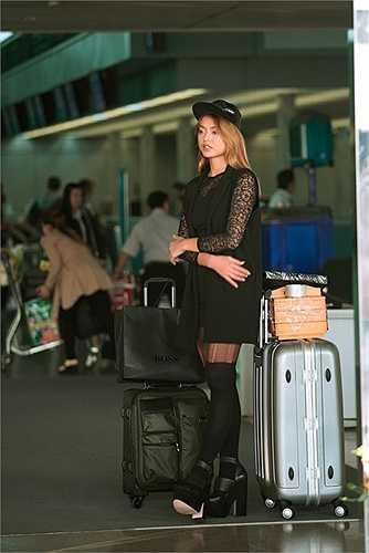 Ở thời điểm lên đường dự thi Asia's Next Top Model từ cuối năm 2015, Quỳnh Mai đã gây ấn tượng ở sân bay với tất dài mặc cùng quần tất mỏng