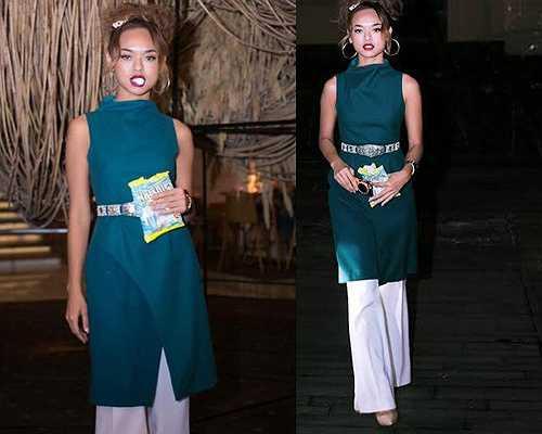 Trong một lần tham dự tuần lễ thời trang quốc tế Việt Nam 2015, Quỳnh Mai gây chú ý với áo dáng dài, quần trắng, để tóc 'tổ chim' rối bù và mang theo cả gói kẹo