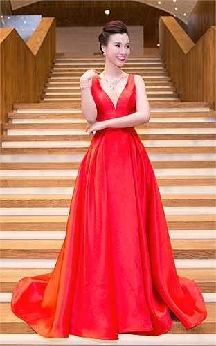 ốn yêu thích sắc đỏ nổi bật, Á hậu Hoàng Oanh chọn bộ váy bộ váy dạ hội được khoét sâu vòng một khi tham dự sự kiện. Đặc biệt, kết hợp cùng bộ váy là bộ trang sức gồm hoa tai, vòng cổ với giá hơn 300 triệu đồng.