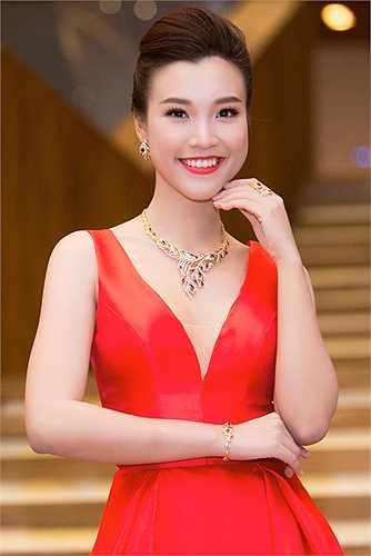 Chiếc vòng cổ bằng vàng chạm khắc tinh xảo tạo nên điểm nhấn ngoại hình cho Hoàng Oanh. Đây cũng là lần hiếm hoi Hoàng Oanh diện trang sức hàng hiệu đắt tiền tham gia một sự kiện.