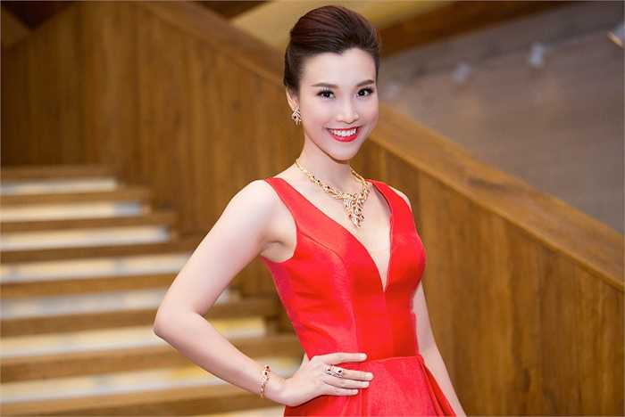 Hoàng Oanh khoe vẻ quyến rũ.