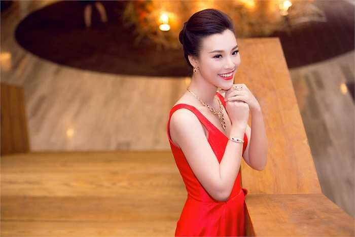 Chính đề cử 'Nữ MC được yêu thích nhất' của giải thưởng HTV Awards đã khẳng định tài năng và chuyên môn của Hoàng Oanh.