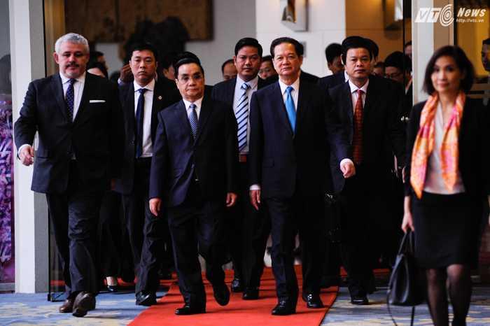 Thủ tướng Nguyễn Tấn Dũng trao đổi với Thủ tướng Lào Thongsing Thammavong trước lễ tổng kết - Ảnh: Tùng Đinh
