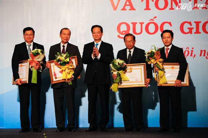 Thủ tướng Nguyễn Tấn Dũng trao bằng khen của Chủ tịch nước cho các đại diện của Lào - Ảnh: Tùng Đinh