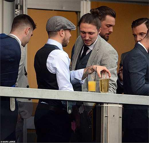 Samir Carruthers, cựu ngôi sao Arsenal và hiện đang là tiền vệ của MK Dons cùng một người bạn vô tư phóng uế ở khu VIP tại lễ hội Cheltenham Festival.