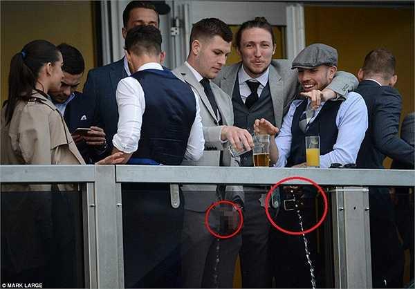 Hai cầu thủ bóng đá này trở thành vết nhơ trong lễ hội nổi tiếng Cheltenham Festival. MK Dons hiện đang cho điều tra vụ việc này.