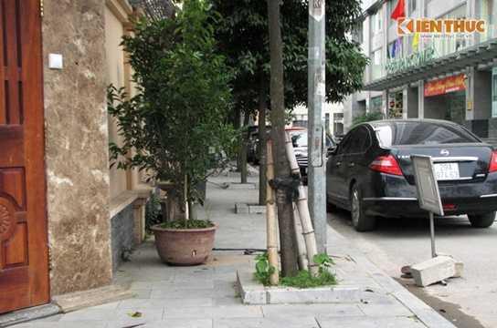 Trước đó, 3.000 m2 đất vườn hoa tại khu đô thị mới Yên Hòa đã bị chiếm dụng làm 2 sân tennis. Tuy nhiên, cuối năm 2015, sau khi tình trạng này được phản ánh, ban quản lý khu đô thị đã dỡ bỏ các sân tennis trái phép này