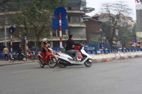 Các phụ huynh đèo trẻ nhỏ không đội mũ bảo hiểm phi vào đường ngược chiều rất nguy hiểm