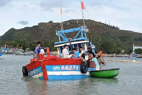 tàu cá, ngư dân, Lý Sơn, sóng biển, nhấn chìm