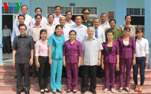 Tống Bí thư chụp ảnh với cán bộ, đảng viên xã Gia Thuận và huyện Gò Công Đông