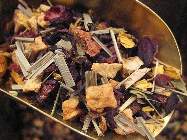 Trà rễ cam thảo: Cam thảo có tác dụng rất tốt là làm tiêu đờm. Nó giúp làm dịu đường hô hấp của bạn. Tình trạng rát cổ họng sẽ được chữa khỏi nếu bạn uống  trà cam thảo hai lần một ngày.