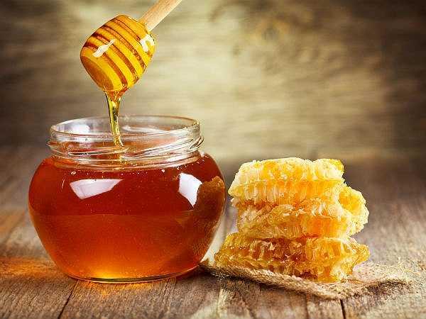 Mật ong: Mật ong cũng là một loại thuốc chữa ho. Nó có thể làm giảm bớt đờm . ngậm một thìa mật ong vài lần một ngày, bạn sẽ cảm thấy các vấn đề về đờm giảm bớt.