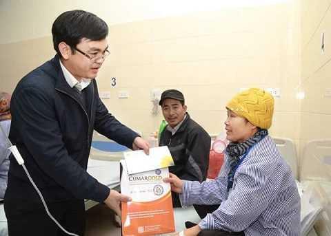 Ông Phan Văn Hiệu, Chủ tịch HĐQT cty CVI tặng quà cho bệnh nhân ung thư
