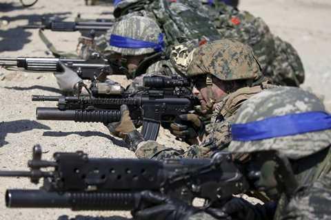 Binh lính Hàn Quốc sử dụng những loại vũ khí tối tân nhất để phòng thủ trên bộ.