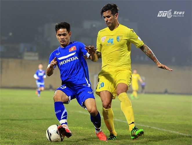 Đình Tùng là giải pháp mang ý nghĩa may mắn cho tuyển Việt Nam. Trận đấu kết thúc với tỷ số 0-0.(Ảnh: Phạm Thành)