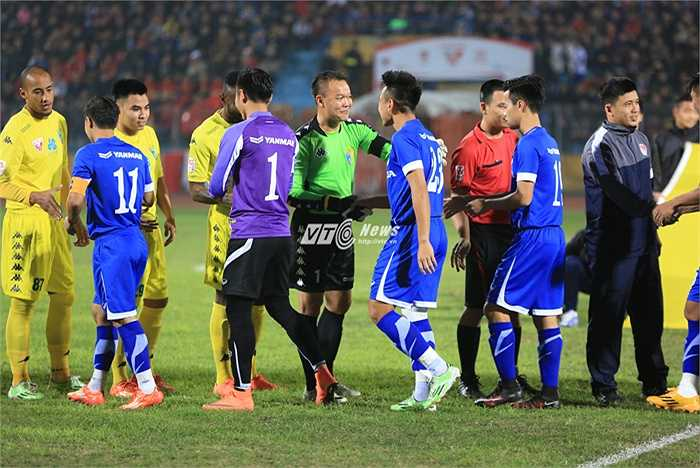 Thủ thành Dương Hồng Sơn mang băng đội trưởng Hà Nội T&T trong hiệp 1 và thi đấu trong màu áo tuyển VN ở đầu hiệp 2. Cựu quả bóng vàng Việt Nam đã giải nghệ và chuyển sang làm công tác huấn luyện. (Ảnh: Phạm Thành)