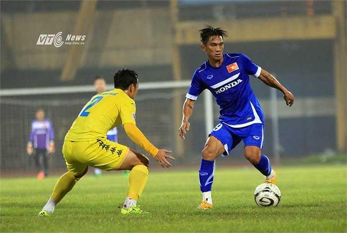 Trở lại trận đấu, tuyển Việt Nam tung ra sân đội hình trẻ, đặc biệt có 5 cầu thủ từng gắn bó với nhau trong màu áo HAGL là Hoàng Thiên, Văn Thanh, Văn Toàn, Tuấn Anh, Xuân Trường. (Ảnh: Phạm Thành)