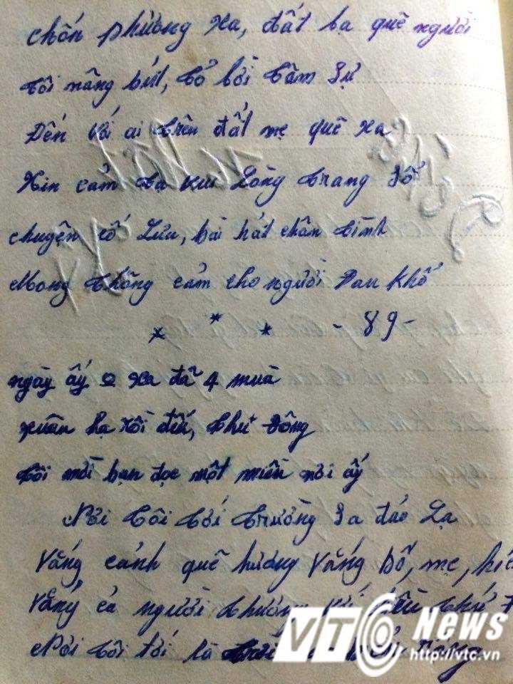 """Đầu trang nhật ký được người lính vẽ một bông hồng bằng bút mực xanh và đỏ và ghi hai chữ """"Thiên Phụng"""" ở phía dưới"""