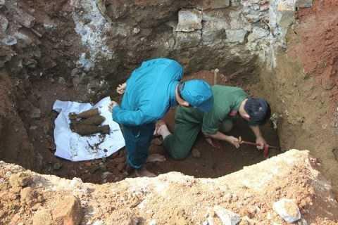 Lực lượng Công binh Thành Đội Bảo Lộc tiến hành tháo gỡ hầm vũ khí được phát hiện