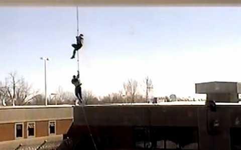hai tên đồng phạm quyết định để chiếc trực thăng cất cánh trong khi Hudon-Barbeau và Provencal  vẫn đang bám trên dây