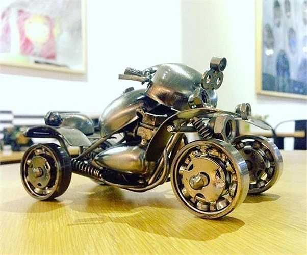 Không chỉ dừng lại ở những kiểu dáng sẵn có, các món phế liệu còn giúp người thợ tự do tạo ra những kiểu dáng xe 'có một không hai', chẳng hạn như chiếc xe ATV 4 bánh này.