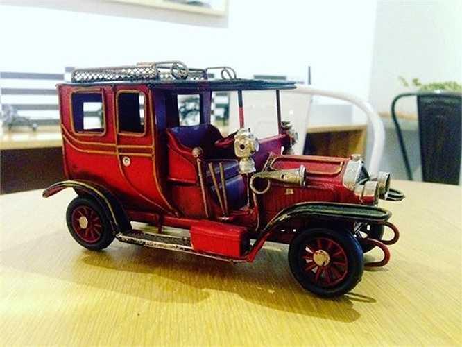 Một chiếc ôtô cổ Ford Model T đã được chế tạo cầu kỳ từ các đoạn dây thép và tôn.