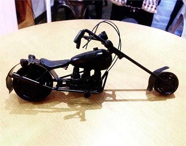 Về cơ bản, những mô hình này được người thợ cơ khí thủ công Việt Tạo kiểu dáng dựa trên những mẫu xe thật bằng cách hàn các chi tiết phế liệu lại với nhau.