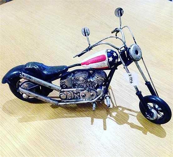 Một chiếc mô hình được người thợ tạo hình theo phong cách những chiếc chopper độ của Mỹ, kèm theo bình xăng được sơn màu cờ hoa kỳ công.