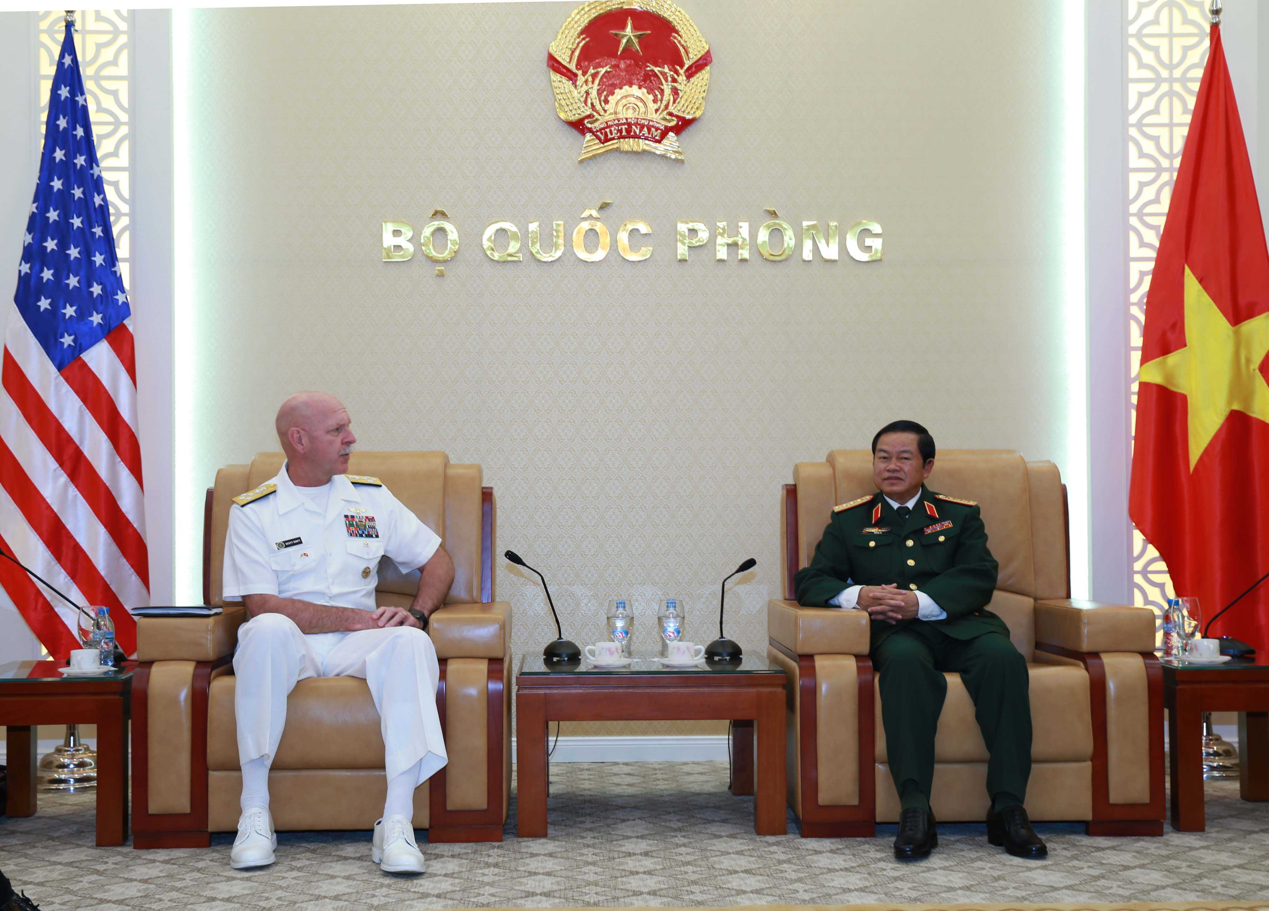 Đại tướng Đỗ Bá Tỵ, Tổng Tham mưu trưởng QĐND Việt Nam và Tư lệnh Hạm đội Thái Bình Dương, Mỹ Đô  đốc Scott  Swift - Ảnh: Hồng Pha