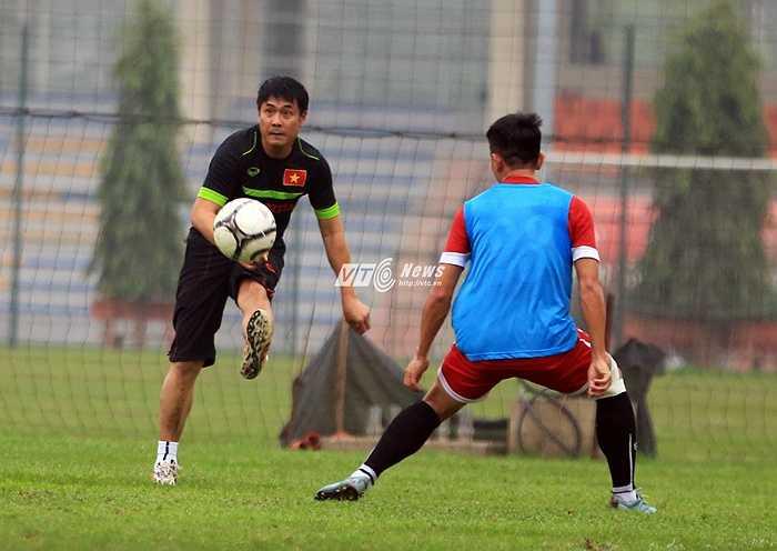 HLV Hữu Thắng tiếp tục xỏ giày vào sân thi đấu với các học trò. Trong buổi tập chiều 18/3, tuyển Việt Nam thiếu 6 cầu thủ do bị chấn thương. (Ảnh: Phạm Thành)