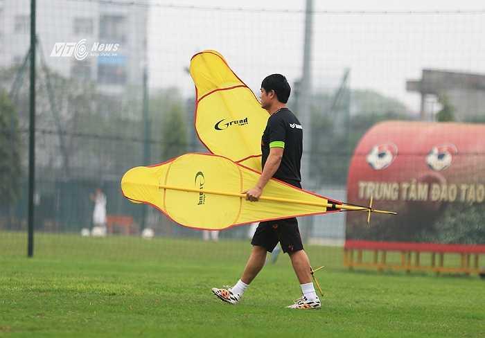 HLV Hữu Thắng cẩn thận đo đạc vị trí luyện tập trên sân. (Ảnh: Phạm Thành)