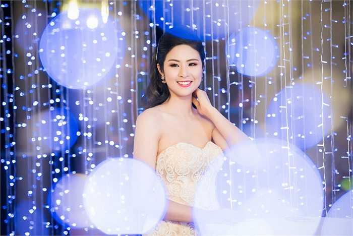 Sáng 18/3 Hoa hậu Ngọc Hân xinh đẹp gợi cảm khi góp mặt ở sự kiện tại Hà Nội.
