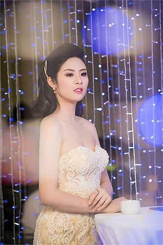 Ngọc Hân xuất hiện với bộ đầm đuôi cá lộng lẫy khoe vai trần, cô nhận được sự chào đón và mến mộ của khán giả có mặt tại sự kiện.