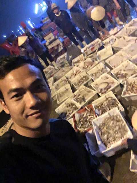 Đại Đồng hào hứng khoe ảnh tại chợ cá sáng sớm (Ảnh: FBNV)