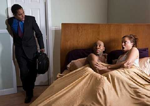 Hình ảnh người chồng nghi bạn quan hệ bất chính với vợ(Ảnh minh họa)