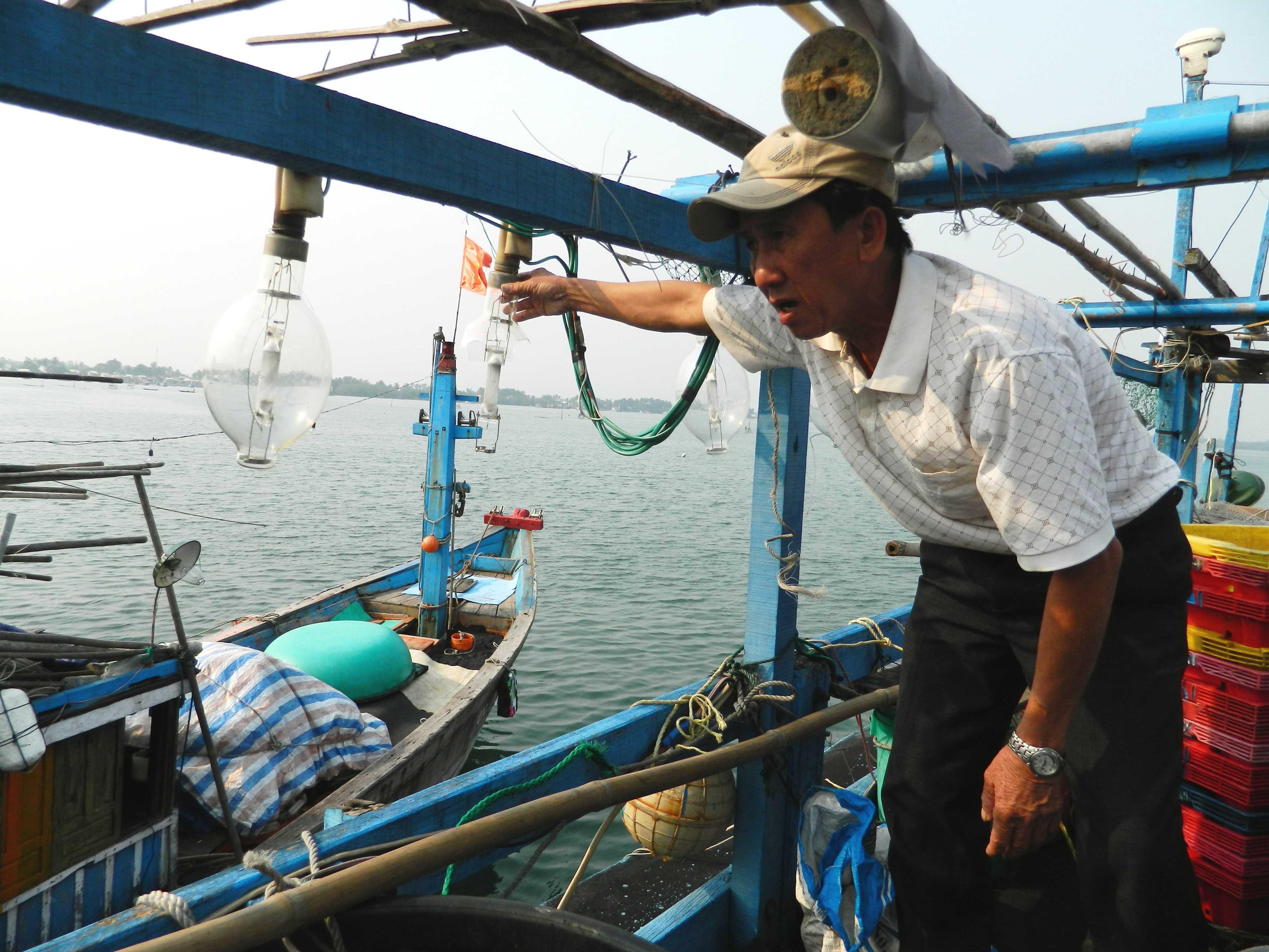 Các bóng đèn bị đạn từ tàu Trung Quốc làm vỡ trên tàu cá của ngư dân Quảng Nam.