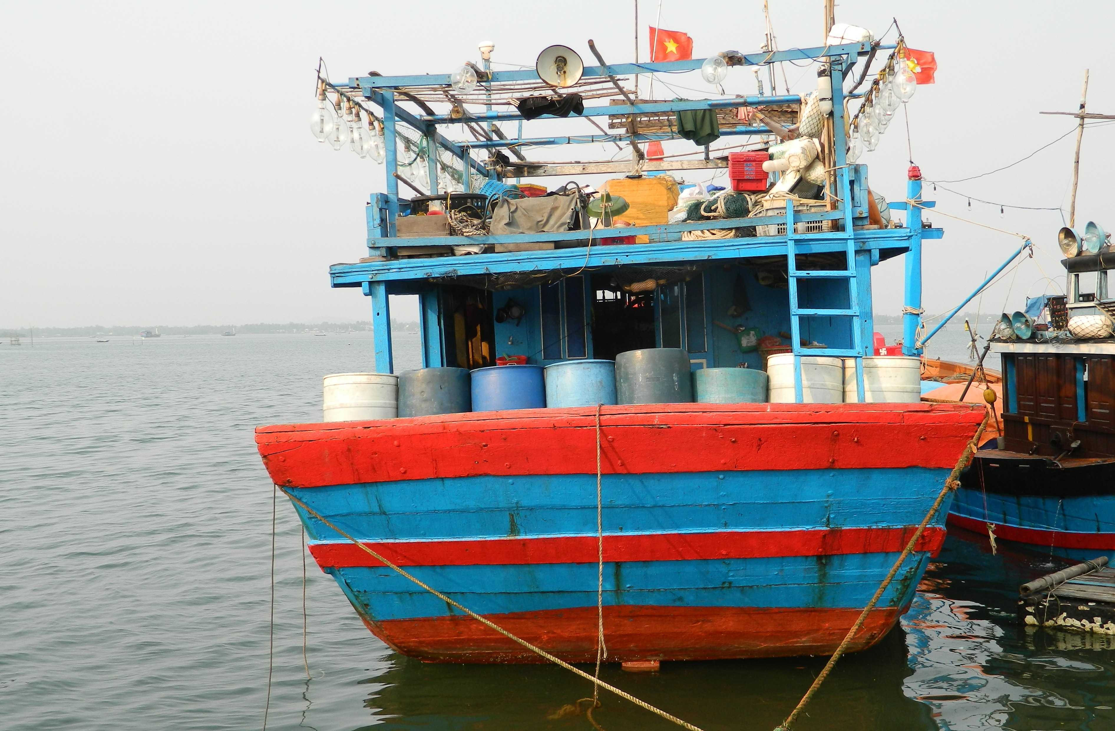 Hiện tàu cá QNa-91865 TS đang tiến hành sữa chữa để tiếp tục trở lại biển Hoàng Sa đánh bắt hải sản.