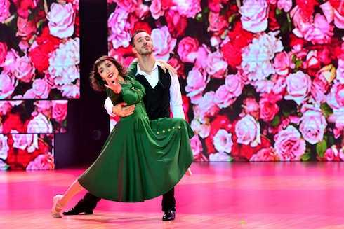 """Mở màn liveshow 4 chương trình Vip Dance với chủ đề """"Đêm điện ảnh"""" , Diệu Nhi đã mang đến cho khán giả một phần trình diễn ấn tượng khi hóa thân thành cô ca sĩ Edith Piaf trong bộ phim Lavie en rose qua thể loại Rumba kết hợp với đương đại. Nội dung bài nhảy nói về cuộc đời trải qua nhiều đau khổ của nhân vật chính với thông điệp: cuộc đời vẫn là màu hồng dù cho có nhiều biến cố thử thách."""