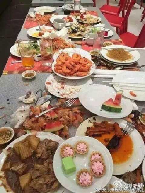 Thức ăn thừa la liệt trên bàn ăn của nhóm du khách Trung Quốc