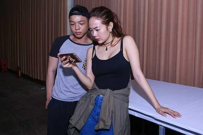 Dù chỉ trình diễn góp vui, nhưng Minh Hằng vẫn thể hiện sự cầu toàn. Cô nhờ ê-kíp quay phần trình diễn của mình, sau đó xem lại kỹ càng để có những chỉnh sửa kịp thời.